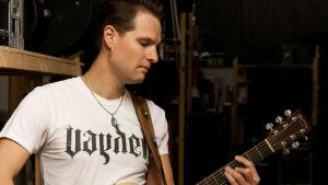 Man som spelar gitarr.