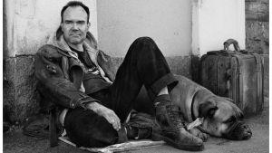 Företagsledaren Peter Vesterbacka porträtterad som en av samhällets utslagna i Frälsningsarméns kampanj.