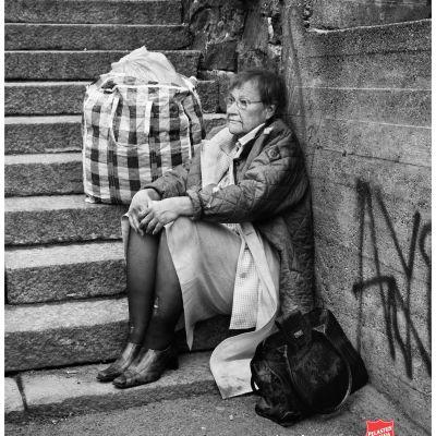 President Tarja Halonen föreställer en av samhällets utslagna i Frälsningsarméns kampanj.