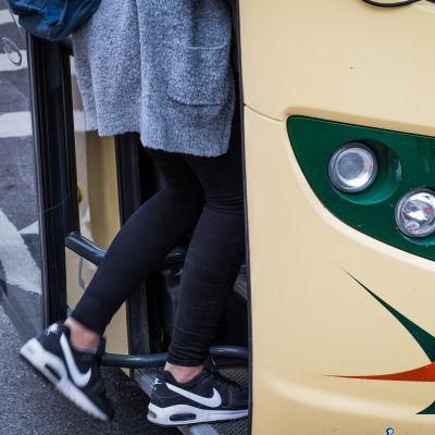 Skolelev stiger på bussen
