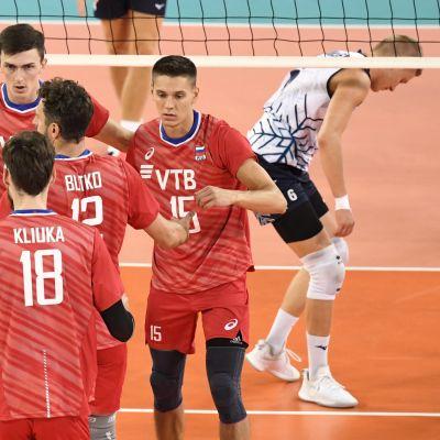 Ryska spelare firar mot Finland.