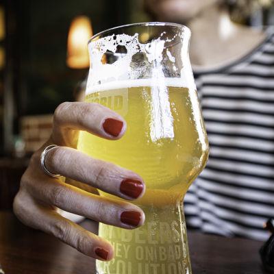 Två personer dricker öl i en restaurang.