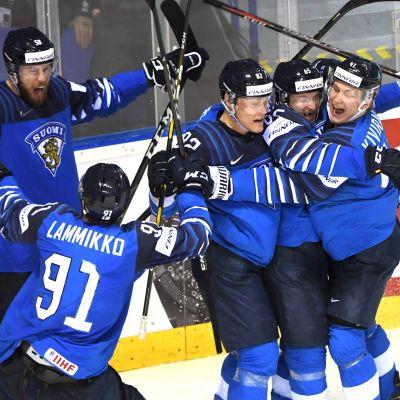 Lejonen jublar efter att ha vunnit Sverige.