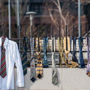 Kosovaner har hängt upp skjortor och slipsar på stängslet utanför regeringskansliet i Pristina.