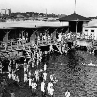 Elever från privata svenska flickskolan. Ursins badinrättning i Havshamnen på 1910-talet.