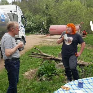 Tapasimme kahvien merkeissä mm. maitotilallinen Jaakko Räikkösen ja maitonautonkuljettaja Satu Uskin.