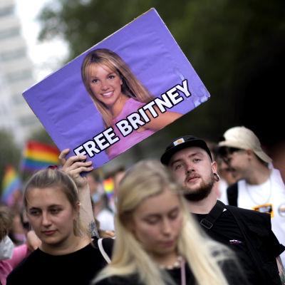 """Människor protesterar för Britney Spears rättigheter utanför en domstol i Los Angeles. En person håller upp ett plakat med texten """"Free Britney""""."""