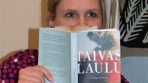 Kirjakaapin kummitus -blogin Jonna Riikonen lukee Pauliina Rauhalan Taivaslaulua