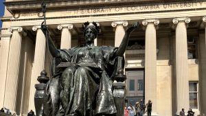 Alma Mater-staty utanför biblioteket vid Columbia University