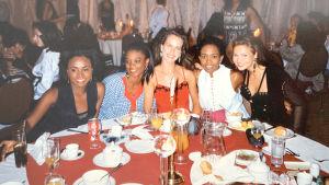 Fem deltagare från Miss World 1993 sitter vid ett frukostbord på ett hotell.
