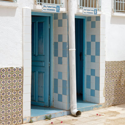 Toaletter i staden Houmt Souk på ön Djerba i Tunisien.