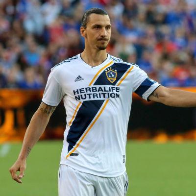 Zlatan Ibrahimovic visar tummen upp.