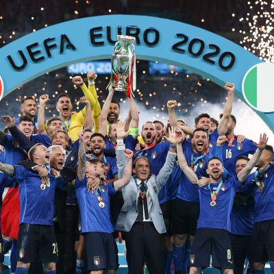 Italian pelaajat juhlivat Euroopan mestaruutta.
