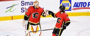Calgarys svenskar Jacob Markström och Rasmus Andersson firar segern mot Montreal.