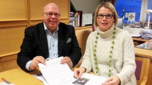 Tor-Erik Store och Johanna Backholm packar insamlingsbrev