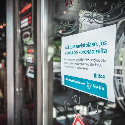 Älä tule ravintolaan, jos sinulla on koronaoireita -kyltti ravintola Sohvin ovessa Jyväskylässä.