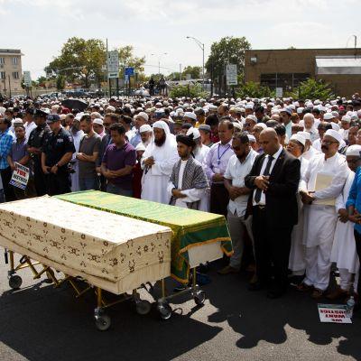Imaamin ja hänen avustajansa hautajaistilaisuus järjestettiin maanantaina.