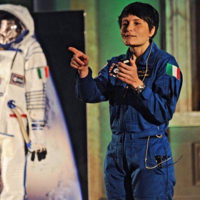 ESA:n astronautti Samantha Cristoforetti esitteli astronautin pukuaan ja ammattiaan yleisölle Firenzessä joulukuussa 2015.