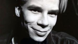 Svartvit porträttbild på artisten Ville Pusa