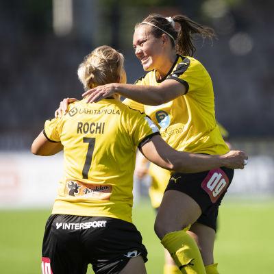 Gentjana Rochi och Anni-Maija Kauppila firar KuPS mål mot HJK.