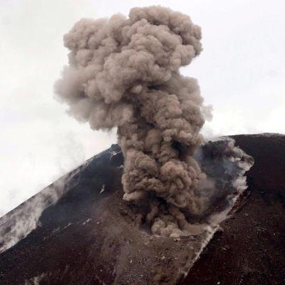 Näin Anak Krakatau -tulivuori purkautuu