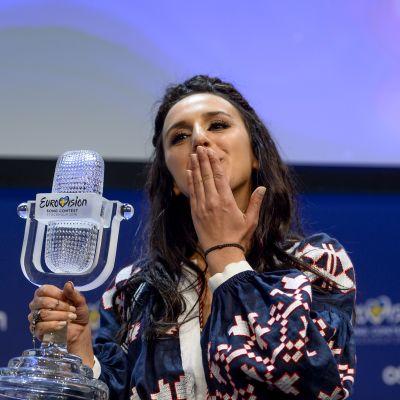 Euroviisuvoittaja Jamala lähettää lentosuukon