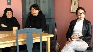 Invandrarkvinnor sitter vid bord