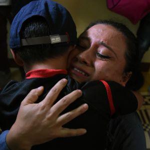 En mamma återförenas med sin son den 7 augusti 2018.