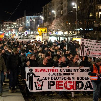 Pegida demonstrerar i Dresden mot vad de kallar islamiseringen av Tyskland.