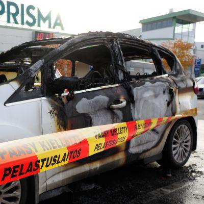 Bilen som antändes av en pekdator skadades svårt.