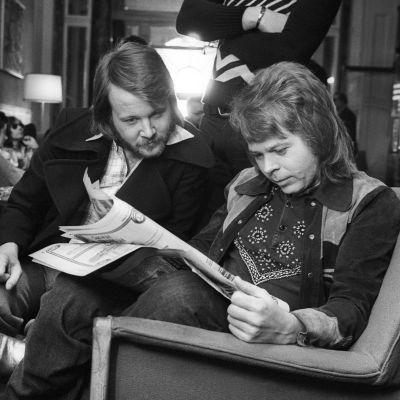 ABBA:s Björn och Benny läser intresserat en tidning i Brighton efter Eurovisionsvinsten 1974.