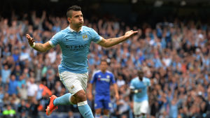 Sergio Aguero firar mål mot Chelsea.