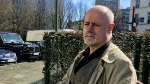 Intervjuobjektet Philippe Vandenberghe sitter på en bänk i Bryssel.