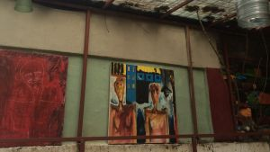 Konst på väggen i slitet café
