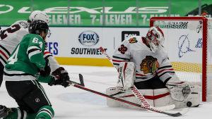 Dallas Tanner Kero lyckas inte överlista Chicagos målvakt Kevin Lankinen.