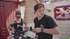 Sebastian skruvar på sin motorcykel under tävlingar i Madrid.
