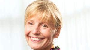Tiina Grönroos är redaktör och arbetar för Svenska Yle