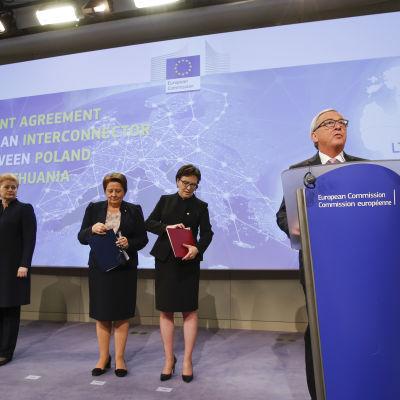 Estlands, Lettlands, Litauens, Polens och EU-kommissionens ledare vid avtalsceremonin för den nya gasledningen mellan Polen och Litauien.