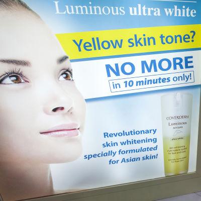 Mainos, jossa luvataan muuttaa keltainen iho valkoiseksi.