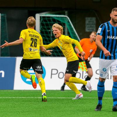 Axel Vidjeskog firar sitt mål.