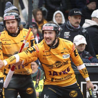 Kouvolan pallonlyöjien Matti Latvala, Tommi Mäentausta ja Valtteri Hämäläinen pesäpallon miesten Superpesiksen finaaliottelussa.