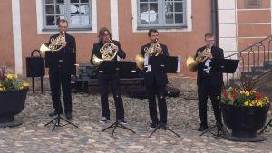 En hornkvartett ur Avanti! spelade på öppningskonserten på gamla Rådhustorget i Borgå 2015.