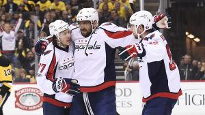 Washingtonspelare firar på isen i segermatchen över Pittsburgh.