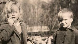 Anna Gullichsen och lillebrodern Harry som barn på gammalt fotografi.