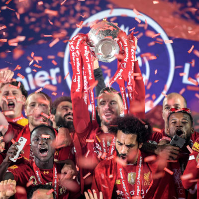 Liverpoolspelare firar med Premier League-bucklan.