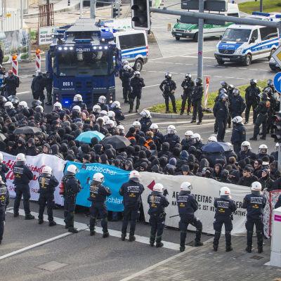 Tysk kravallpolis och demonstranter utanför AFD:s partikongress i Stuttgart 204.2016