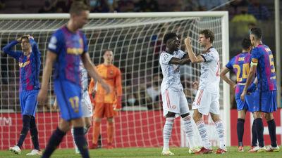 Barcelonaspelare deppar, Bayern-spelare jublar.