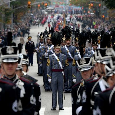Veterans Day firas med pompa och ståt i USA.