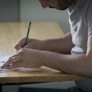 Maahanmuuttaja tekee testiä Stadin Ammattiopistossa