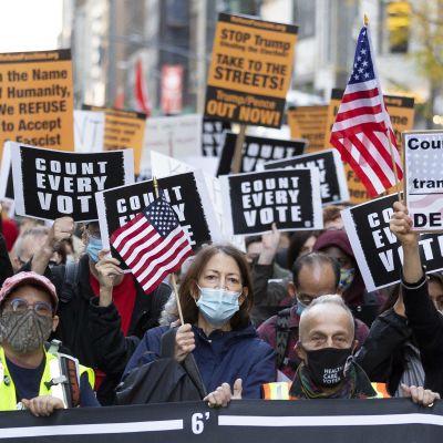 Yhdysvalloissa mielenosoittajat ovat vaatineet muun muassa New Yorkissa kaikkien äänten laskemista.